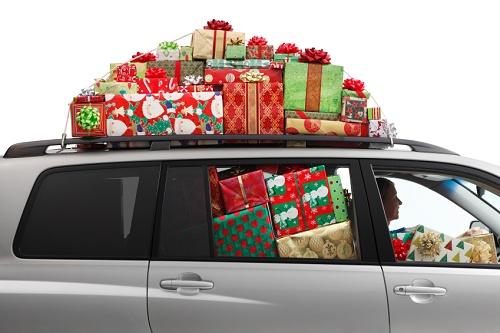 Das Auto bietet genügend Platz, um alle Geschenke nach Hause zu transportieren.  © istock.com/DNY59