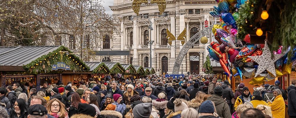 Christkindelmarkt am Rathausplatz in Wien