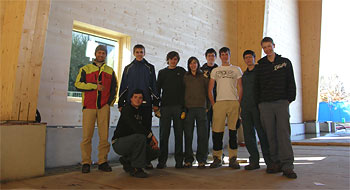Schüler des Holztechnikum Kuchl begutachten den Baufortschritt in der neuen Werkstättenhalle